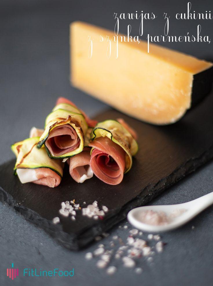 Szynkę parmeńską układamy na wcześniej zgrillowanym cienkim płacie cukinii. Zawijamy. Oprószone solą, podane w towarzystwie dojrzewającego sera urozmaicą menu przekąsek na spotkanie ze znajomymi. / Barbecue a thin slice of zucchini. On top of it lay a slice of prosciutto. Roll it all together, add pinch of salt and serve with aged cheese. It will be a perfect snack for every occasion.