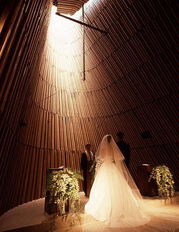 大人ウェディングにぴったりなグランドハイアットのチャペル♡ 東京のおしゃれ結婚式のアイデア一覧。ウェディング・ブライダルの参考に。