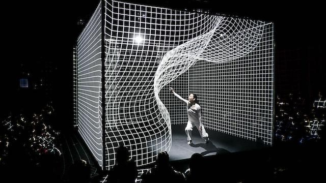 Hakanaï. Bewegung die neue Räume schafft. Adrien M/Claire B krümmen das Licht mit einer beeindruckenden Projection-Mapping-Performance - Creators