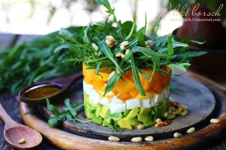 Салат с манго, моцареллой и рукколой