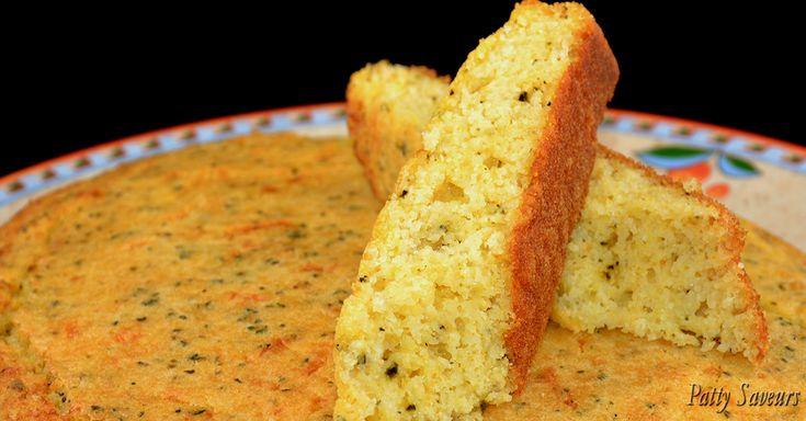 Un délicieux pain au maïs fait en un tournemain, pour accompagner vos plats en sauce. Ce pain au maïs est aromatisé au fromage, pas dégoulinant de fromage avec des fils, vous pouvez même vous en servir pour accompagner un plateau de fromages sans que le goût du pain domine le goût du fromage.