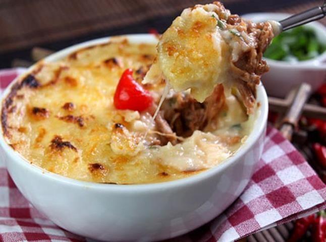 1 colher(es) (sopa) de manteiga  - 600 gr de mandioca amassada(s)  - 1 xícara(s) (chá) de leite  - Recheio   - 500 gr de costela bovina cozida(s) e desfiada(s)  - 1 talo(s) de alho-poró picado(s)  - 1 unidade(s) de cenoura pré-cozida(s)  - 1 lata(s) de tomate pelado picado(s)  - quanto baste de cebolinha verde  - 30 gr de manteiga  - 1 copo(s) de requeijão