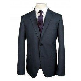 Ανδρικό Κοστούμι Μοχέρ, βρείτε στο fashion.gr Το παντελόνι είναι άπιετο. Φορέστε το με λευκό, γαλάζιο, μωβ, ροζ ριγέ, μονόχρωμο ή με ψιλό καρώπουκάμισο και αντίστοιχη γραβάτα. Επίσης με σκούρο πουκάμισο και χωρίς γραβάτα για πιο ανάλαφρες στιγμές. Κοστούμι αθάνατο, για μια ζωή.  Από τα εξυπνότερα και πιο στάνταρ ρούχα για τον πάντα επίκαιρο αισθητικά, άνδρα. Ημίστενο πατρόν. 2 εσωτερικές τσέπες, που ασφαλίζουν με καπάκια. Νούμερα από 48 έως 60 στα 153.90 από 185 ευρώ