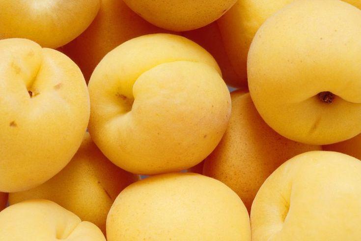 Toxicidad de la amigdalina . La amigdalina es un compuesto natural que se encuentra en las semillas de varias frutas, así como frutos secos crudos, según el Memorial Sloan-Kettering Cancer Center. También se la llama laetrilo, o vitamina B-17, a pesar de que no se considera una verdadera vitamina. ...