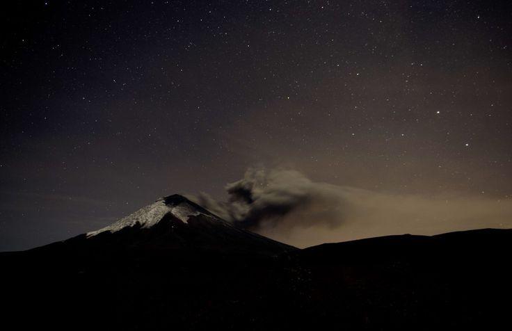 Vulkaan Cotopaxi in Ecuador - 8.897 meter hoog, 50 kilometer ten zuiden van hoofdstad Quito - is sinds april weer actief. Als de vulkaan uitbarst, komt een gebied van 325.000 inwoners volgens Ecuadoraanse autoriteiten in gevaar, door snel verplaatsende modderstromen en rotsen. De laatste grote uitbarsting was in 1877. De vulkaan spuwt lava en as, soms wel kilometers hoog. Mensen in omringende gebieden worden dan geëvacueerd.