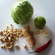 En ny mejerifri favorit! Färsk vitkål medingefära, vitlök och cashewnötter – Strimla vitkålen – Skiva några vitlöksklyftor – Hacka en halv röd chili – Riv lagom med ingefära (någon cm) Gör såhär: Stek vitkål, vitlök, chilli och ingefära snabbt på hög värme. Mor slutet, lägg i cashewnötter eller mandlar. Häll på lite Kikkoman soja och