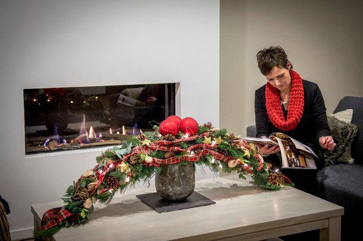 Steek zelf de handen uit de mouwen en ontwerp je eigen kerst guirlande. Voor op tafel of boven de haard, met schots lint of traditioneel rood en goud.