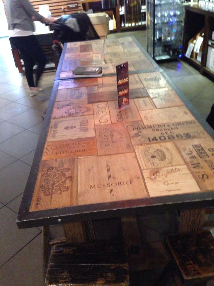 Vintage wine case tabletop - tafel waarvan het bovenblad van oude wijnkisten in een metalen frame is gemaakt