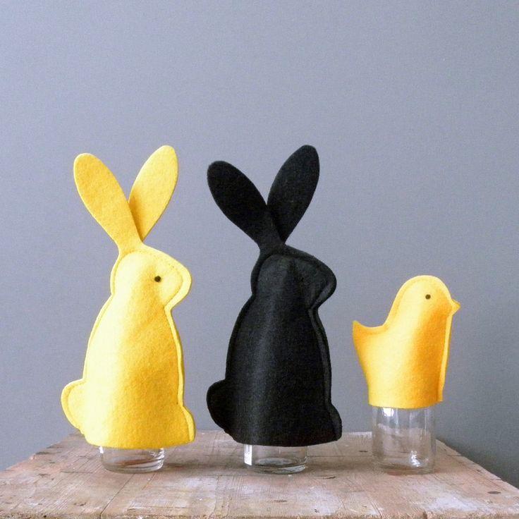 pasen- leuke eierwarmers! Te maken van geel en zwart vilt