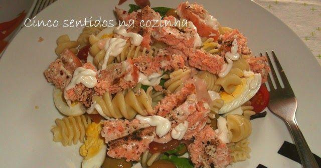 saladas leves, aproveitar sobras de salmão grelhado, salada fria de massa com ovo e salmão grelhado