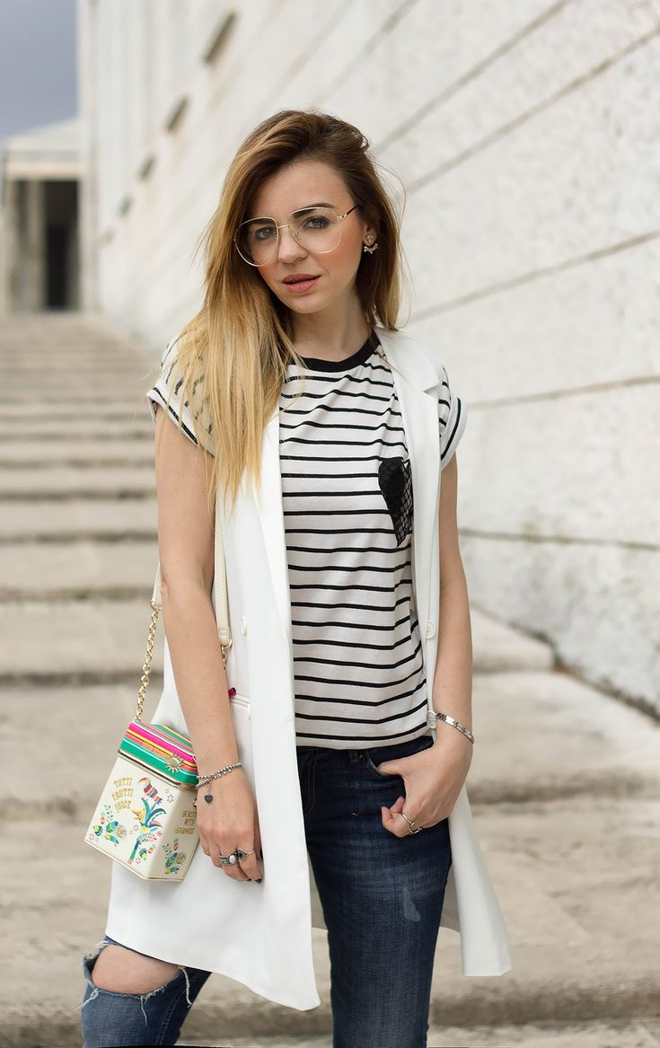 How wear the sleaveless jacket http://www.dressingandtoppings.com/2016/05/20/come-indossare-il-gilet-lungo/ #dressingandtoppings #fashionblogger #rome #white #totalwhite #whitesneakers #noveltybag #summer #summerlook #outfit #casual #sporty #stripes