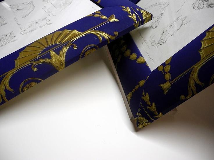 Cornice foderata con carta da parati, antica e dipinta a mano. Linea Elemaxframes