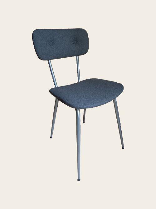 Simon Jégou, Artisan Tapissier à Nantes Cette chaise de salle à manger a été chinée Pour commencer elle a été démontée pour décaper le métal qui était chromé. Après avoir appliqué une peinture antirouille j'ai utilisé une peinture gris clair pour métal puis je l'ai vernie pour optimiser la solidité de la finition. Le tissu est un lainage gris uni assorti à la peinture du métal. L'ajout des boutons finit et modernise cette chaise. D'autres coloris sont à venir.