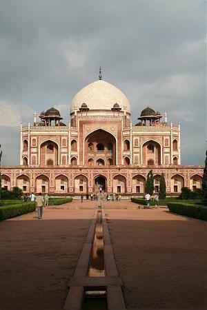 ムガール帝国の第2代皇帝フマーユーンの墓廟。皇帝や家族、宮廷で使えた人々150人が埋葬されている。インド 観光・旅行の見所!