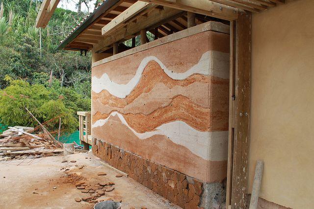 Stampflehmschicht über einer Lehm-Ziegelwand. Schichten erdfeuchten Lehms werden zwischen eine druckfeste Schalung geschüttet und mit Stampfgeräten verdichtet.  ... http://de.wikipedia.org/wiki/Stampflehm ... Eine durchgehende Stampflehmbauwand: https://www.pinterest.com/pin/484911084851909527/ .....  Tapia - A house with rammed earth over cob bricks. ..-