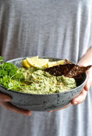 parsley hummus with crispy rye crackers//