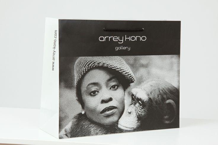 Schöne Papiertragetasche  für die Gallery Arrey Kono. Diese und andere Beispiele gibt es unter: http://www.bagobag.com/papiertaschen-bedrucken/exklusive-papiertragetaschen/exklusive-papiertragetaschen-gallery.html