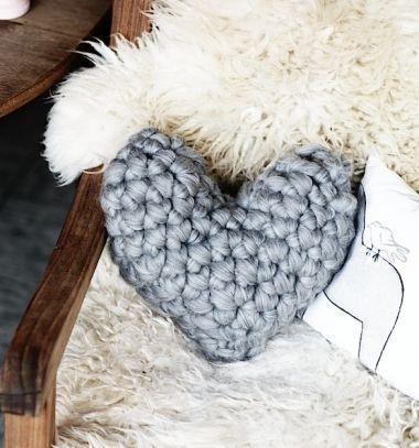 Easy chunky crochet heart pillow - crochet tutorial / Horgolt szív alakú díszpárna - horgolásmintával / Mindy