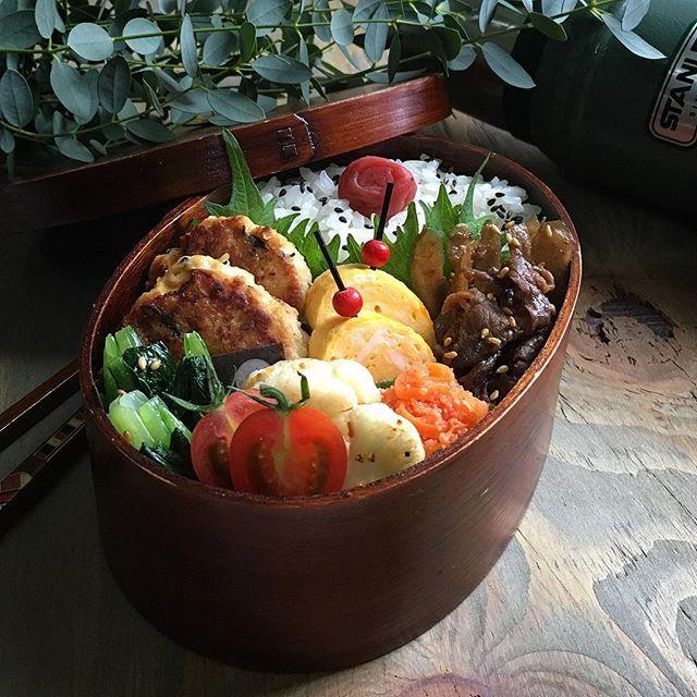 こんにちは * * 今日のお弁当は @xmizukax ちゃんの「魅せ弁」より(ねぎ味噌豚つくね)と(明太人参)を真似して詰めてみました * つくねは味噌とみりんでしっかり味付けして胡麻油で焼いてあるので冷めても味がぼやけずとても香ばしくて美味しかった(☆︎∀︎☆︎)ニヤリ * これはまたリピ決定 まだまだ真似したいレシピがてんこ盛りでいっぺんには無理なのでちょっとづつ助けてもらお〜〜୧⃛(๑⃙⃘⁼̴̀꒳⁼̴́๑⃙⃘)୨⃛ * みずかちゃん美味しいレシピありがとう * * 今日のお弁当… ♪ねぎ味噌豚つくね ♪明太人参 ♪だし巻き卵 ♪しぐれ煮 ♪カリフラワーのガーリックソテー ♪小松菜なナムル ♪ご飯と梅干し ♪ * * #お弁当 #弁当 #おべんとう #わっぱ #曲げわっぱ #おうちごはん #暮らし #常備菜 #野菜 #スタンレー #デリスタグラマー #クッキングラム #お弁当作り楽しもう部 #お昼が楽しみになるお弁当 #お弁当記録 #食育 #お昼ごはん #キナリノ #丁寧な暮らし #おばんざい #豊かな食卓 #料理 #japanesefood #igersjp…