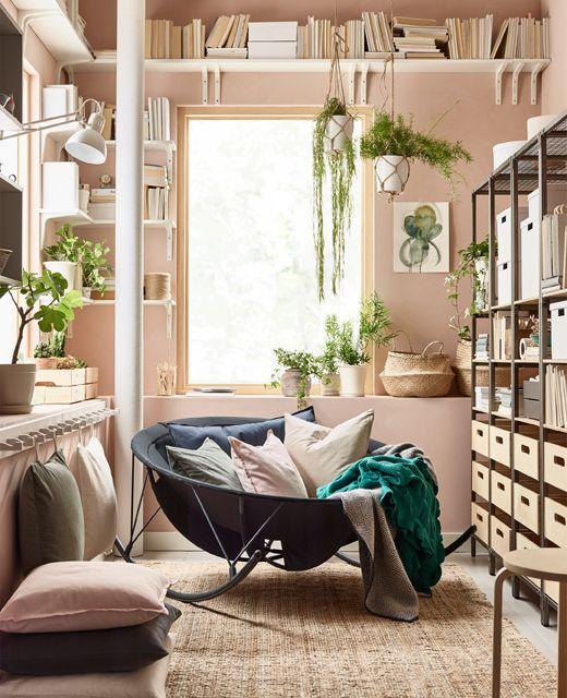 IKEA a des tas d'idées déco pour le salon. Pour une véritable impression de détente, optez pour le fauteuil à bascule style papasan IKEA PS 2017 en noir. Combinez siège bas garni de coussins et tapis. Utilisez des étagères ouvertes et des boîtes de rangement pour exposer tout en désencombrant.