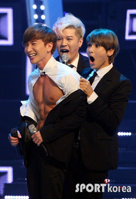 Leeteuk (), Shindong () and Ryeowook () of Super Junior. Ryeowook's face!
