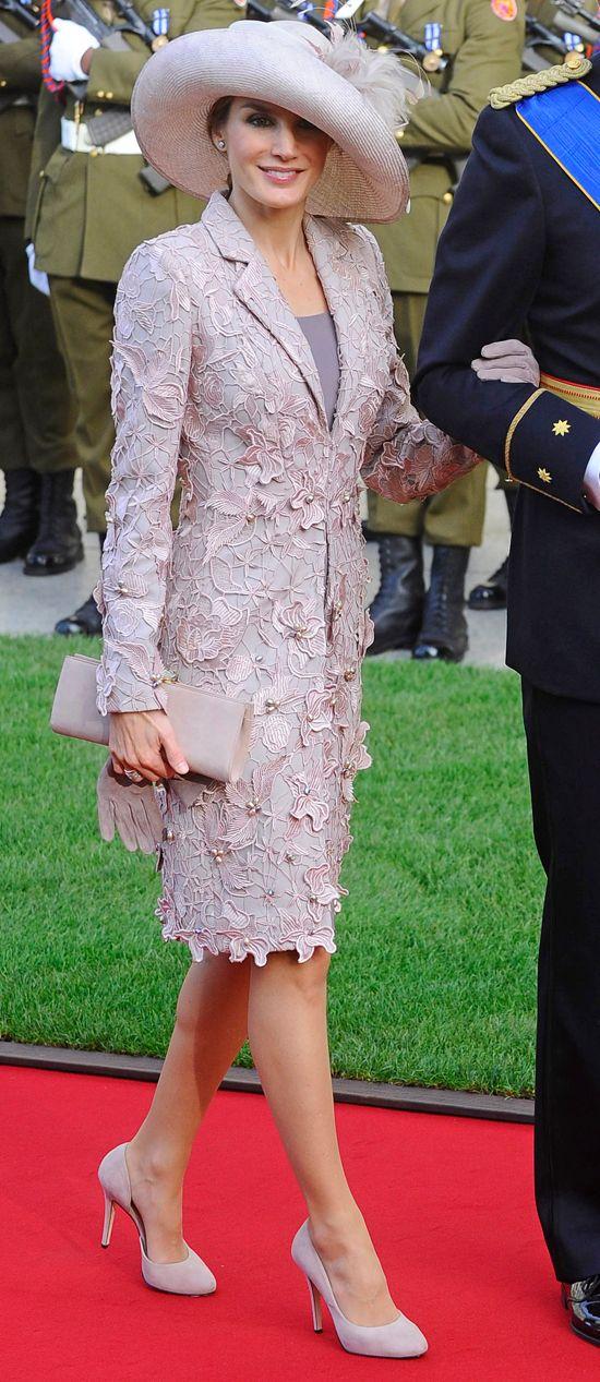 En la boda real de Luxemburgo, Letizia optó por un vestido rosa palo con pétalos de Felipe Varela y un sombrero de la firma Pedro y Mayaya.