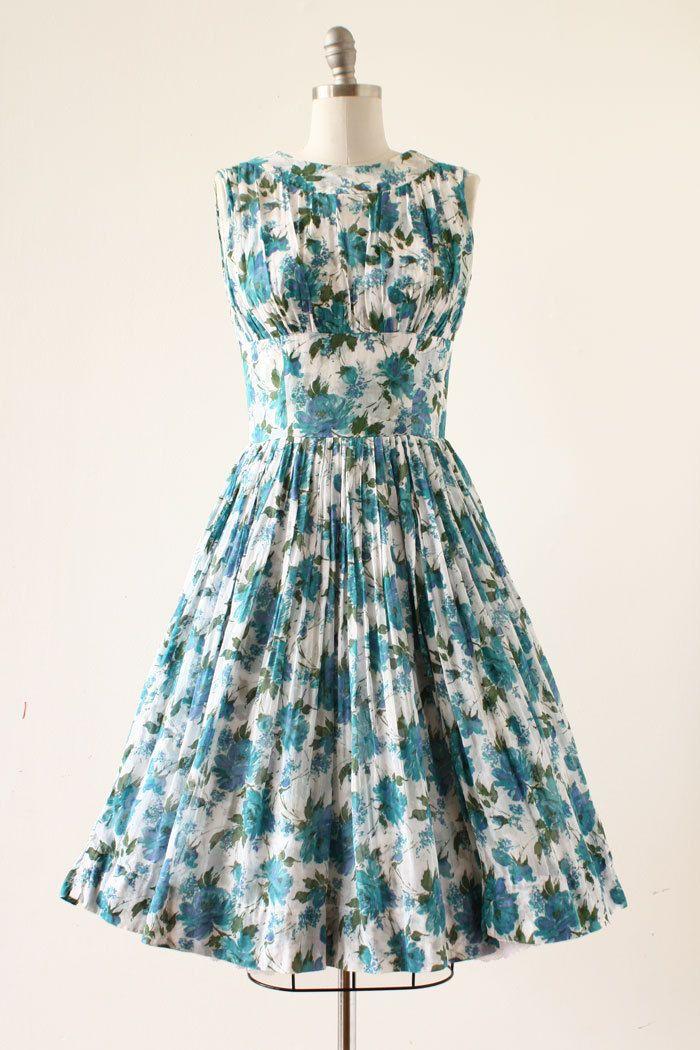 ✶ Inzoomen op fotos om te zien grotere fotos in groter detail ✶  Vintage jaren 1950 jurk met een mooi blauw roze print, lange stengels en bladeren, verzamelde bodice, gestreepte taille, de volledige rok heeft een laag van dunne katoen voile over een dikkere katoen beide roos gedrukte, terug metalen rits.  Best past: medium  Metingen van de ◇ ◇ schouder aan schouder: 16,5 Bust: 37 Taille: 28 heupen:-- lengte: 42 totale lengte   Maker: voorwaarde: uitstekend, met zeer zeer zwakke vergeling op…