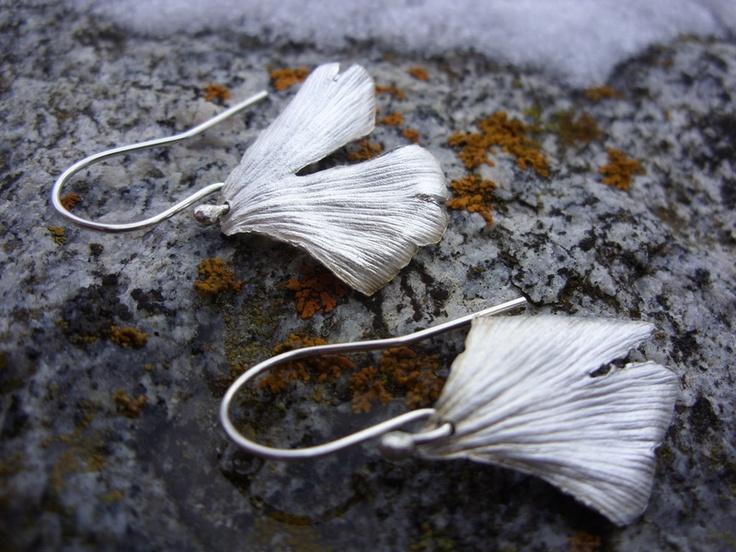 Ein zartes Paar echte Gingkoblätter wurde mit Feinsilber-Art-Clay viele, viele Male bestrichen, danach gebrannt. So verbrennt das Blatt und übrig blei