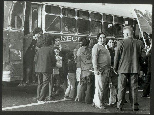 "Pasajeros abordando una micro ""Recoleta-Lira"", c. 1970"