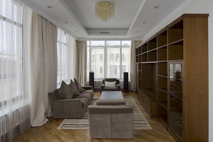 Кабинет в резиденции Монолит. Интерьер решен в современном классическом стиле. Больше фотографий проекта на сайте ital.ru