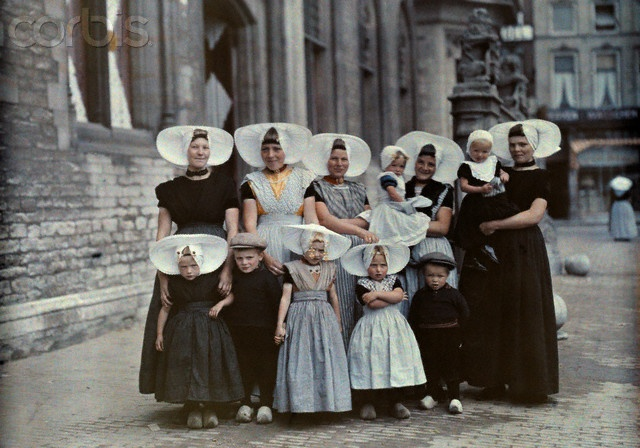 Women and children Middleburg market 1933 #Zeeland #Arnemuiden