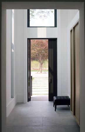 L: donkere deur en kozijnen / lichte muren en vloer. piet boon - fab architectural detailing Agreed - Bases, doors/windows, fan-lights