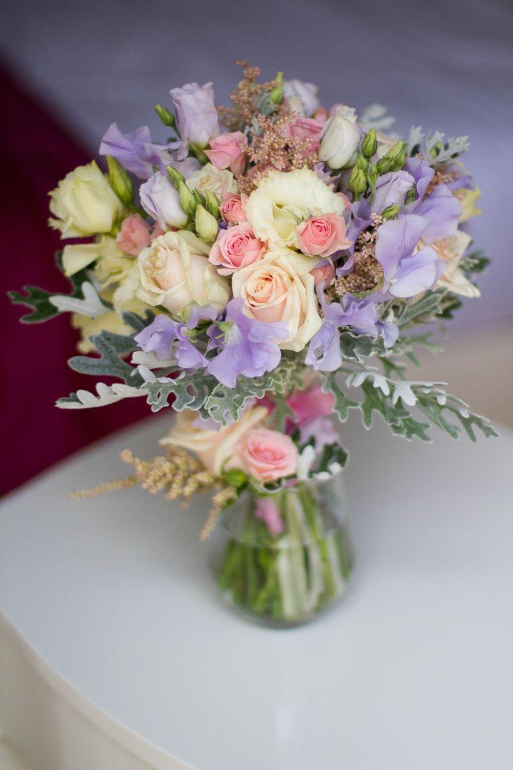 Wedding flower with vetch, roses, eustoms, astilbe and senecium / svatební kytice uvázaná s fialovým hrachorem vonným, smetanovými růžemi, eustomami, astilbe a seneciem / www.rosmarino.cz