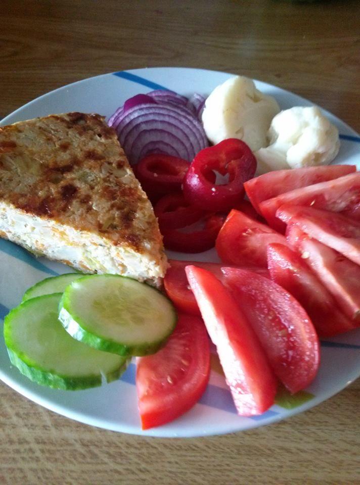 Zvířátkový den - zeleninový nákyp.Povaříme menší květák, nakrájíme různé druhy zeleniny, přidáme 4 vejce, strouhaný sýr a dáme do trouby zapéct