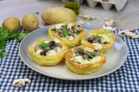 Facili e deliziosi, potete farcirli come preferite! INGREDIENTI 800g patate lesse 1 uovo 80g parmigiano 20g di burro pepe sale Per la farcia: 200g funghi mozzarella parmigiano PRE