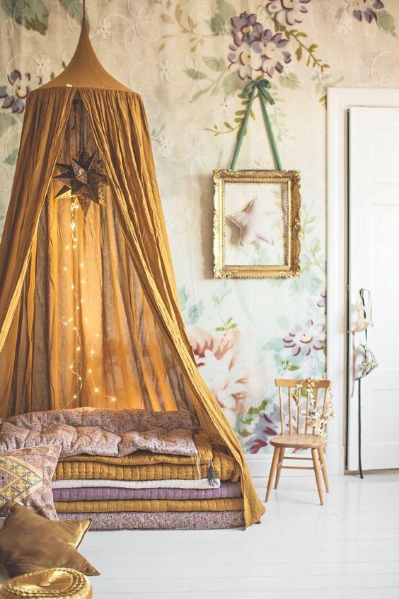 Einzelbett mit hohem Kopfteil und rosa Polsterung