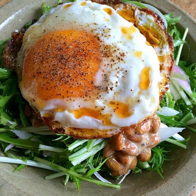 目玉焼き納豆のサラダ‼︎ これで昼までもつかなぁ〜⁈ (΄✹ਊ✹‵)☝︎ - 123件のもぐもぐ - 糖質制限ダイエットな朝ごはん‼︎ by giacometti1901