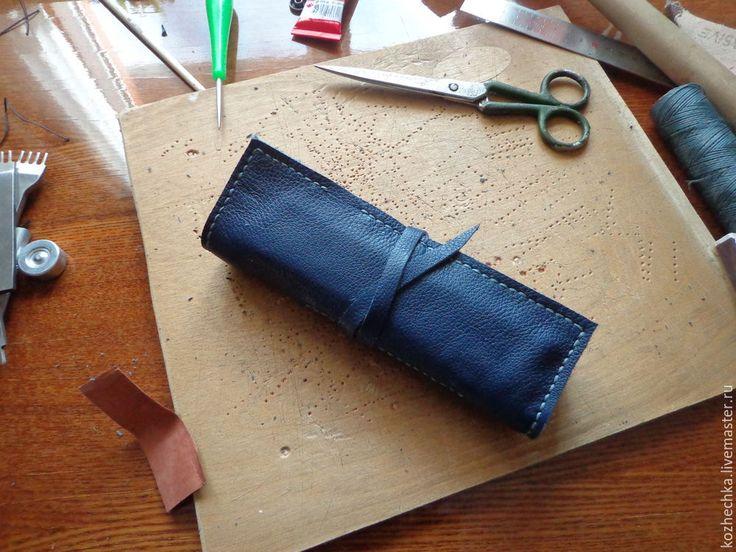 Для создания пенала понадобится: натуральная кожа толщиной от 1 мм; вощёная или капроновая нить; иглы по коже; строчные пробойники или шило; металлическая линейка; строительный нож; клей для кожи; деревянная киянка; спички; плотная бумага или картон; наждачная бумага. 1. Прежде всего делаем выкройку изделия из бумаги или картона, размеры могут варьироваться в зависимости от назначения и предпочтений. 2.