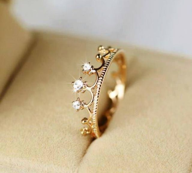 It's a crown.I love this rings diamond simple but beautiful love rings wedding and rings jewelry