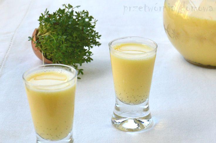Delikatny, aksamitny, z waniliową nutą. Idealny likier jajeczny na Wielkanoc. Składniki: - 6 żółtek - szklanka cukru pudru - szklanka mleka skondensowanego niesłodzonego - pół laski wanilii - szklanka wódki lub spirytusu Jajka przed rozbiciem należy dokładnie umyć i sparzyć. Laskę wanilii należy przeciąć wzdłuż i łyżeczką wyskrobać z niej nasionka. Żółtka miksujemy z cukrem…