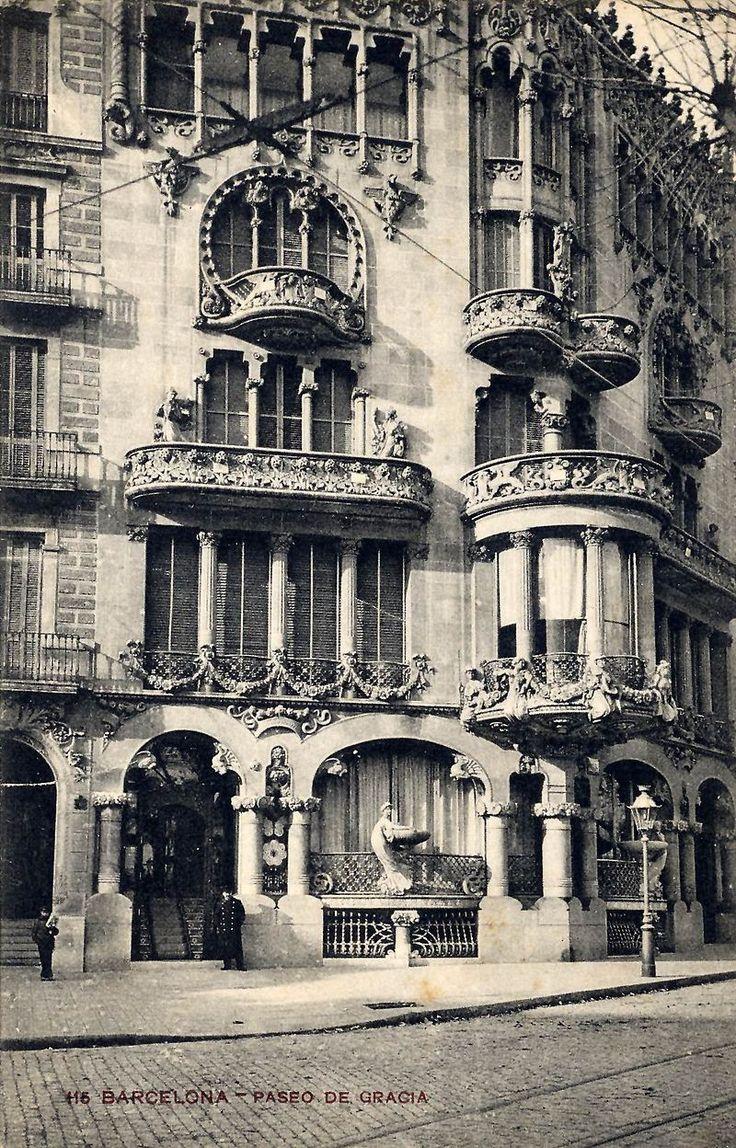 La Casa Lleó Morera con las esculturas originales de Eusebi Arnau (hacia 1903).Wikipedia, la enciclopedia libre