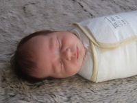 Met inbakeren kun je baby's slaap verbeteren waardoor hij minder snel in een alarmtoestand raakt bij krampjes