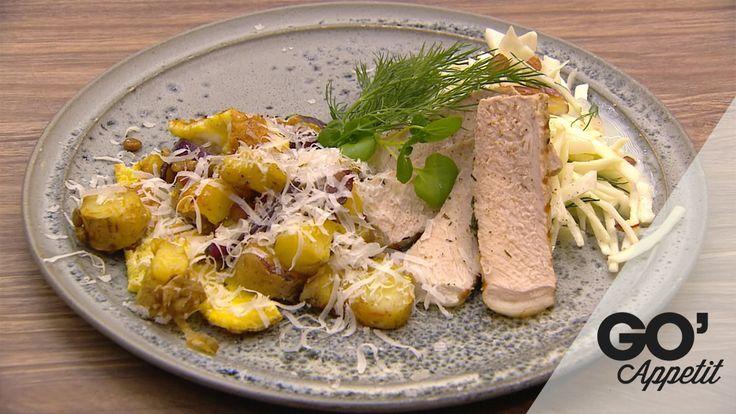 Grillet svinekotelet, råsyltet kål med mandler, stegte linser med æg og løg