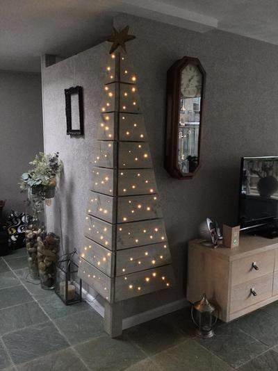 Bekijk de foto van Jeanetteke1 met als titel Een kerstboom gemaakt van steigerhout,  voor als je weinig ruimte hebt. en andere inspirerende plaatjes op Welke.nl.