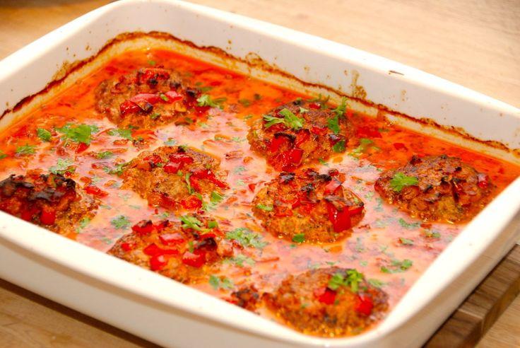 Ser det ikke fristende ud? Hakkebøffer i baconflødesovs, der steges færdige i et fad i ovnen. Hakkebøfferne og den gode sovs kan nydes sammen med hjemmelavet kartoffelmos og en dejlig salat. Foto: Guffeliguf.dk.