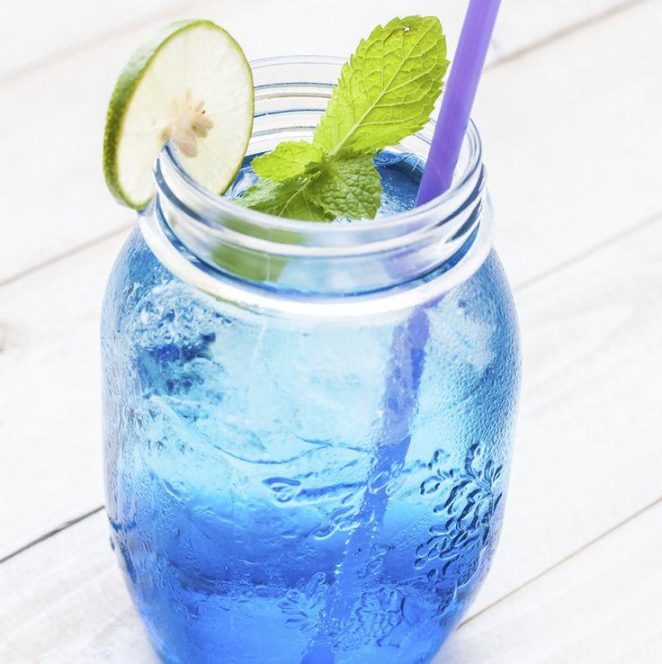 2 personnes : 8cl de boisson alcoolisée à l'anis (exemple : Ouzo de Plomari), 2 c. à soupe de jus de citron fraîchement pressé, 1 c. à café de spiruline en poudre, 3 c. à soupe d'eau de coco, 1 c. à café de sucre glace à la noix de coco. Mélanger tous les ingrédients jusqu'à obtenir une boisson homogène. Servir frais