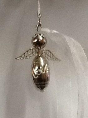 Engeltje van kralen met op de onderste kraal de tekst love gaaf voor in de boom of aan je kast of als sleutelhanger versiert met wit lint