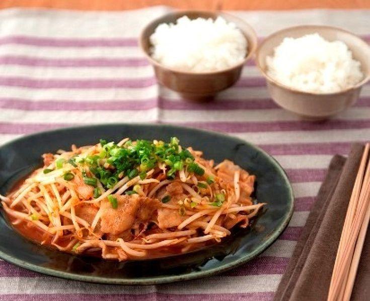 豚キムもやし。 by SHIORI / 豚キム炒めは鉄板ですが、もやしでかさまし。そしてシャキシャキ食感もプラス!味付けはめんつゆのみ。キムチとめんつゆって相性がいいんですよ。キムチの辛みと酸味をほどよくやわらげて、全体をまとめてくれます。 / Nadia