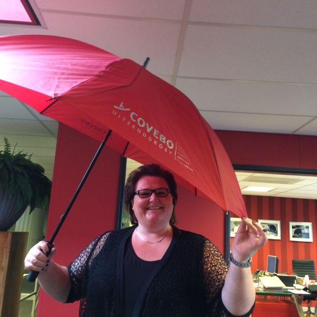 Na regen komt zonneschijn :) Oftewel Astrid laat de zon weer stralen #covebo #justanotherdayattheoffice #paraplu #regen #zonneschijn