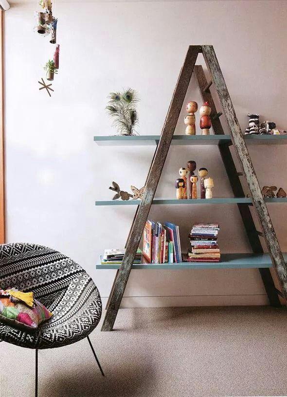 Uma simples escada velha, pode virar uma estante cheia de graça...